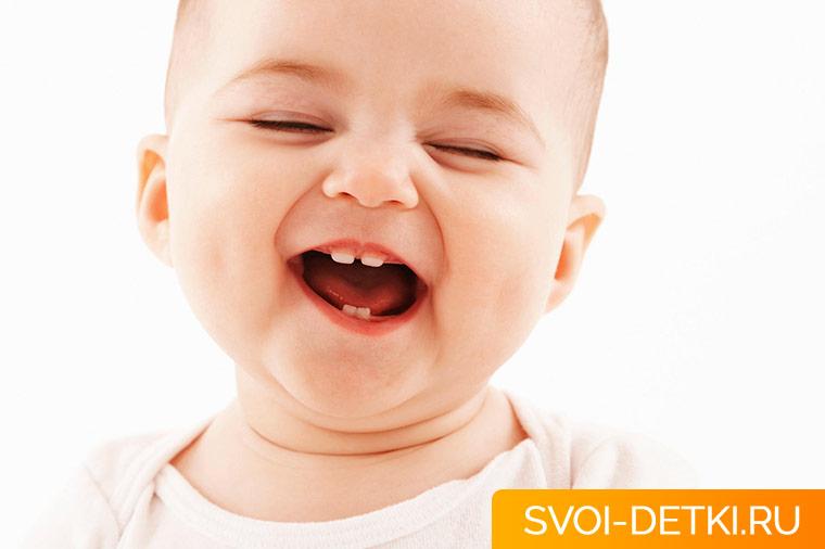 Когда у ребенка начинают резаться первые зубы