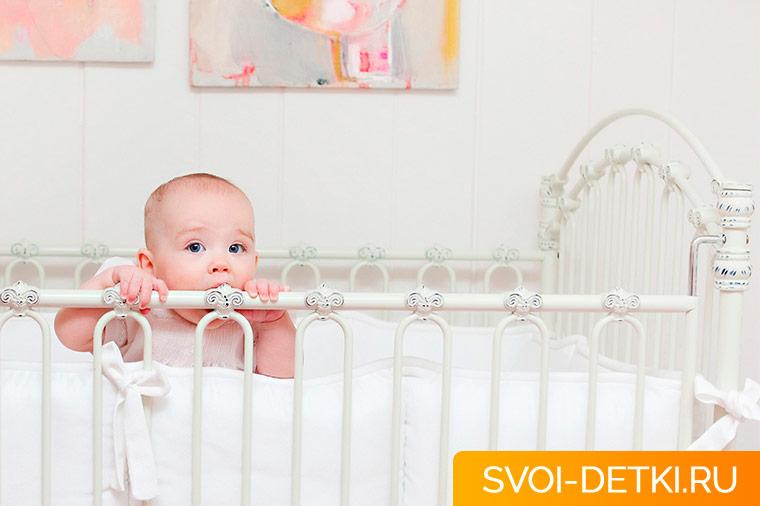 Как оборудовать кроватку для новорожденного
