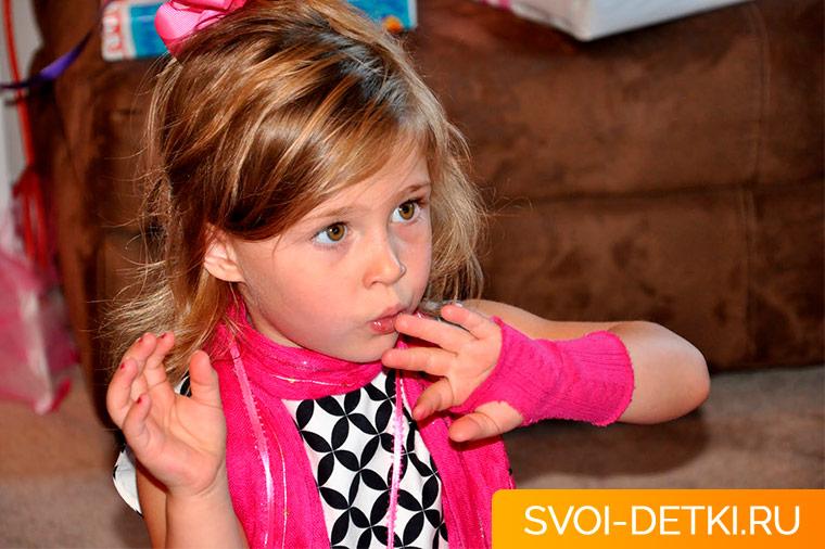Как научить ребенка перестать грызть ногти