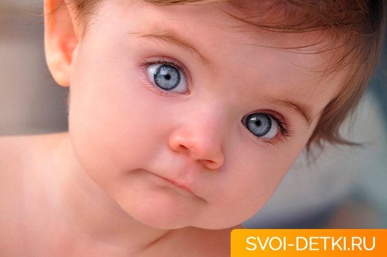 Ребенок часто моргает: почему это бывает и насколько это серьезно