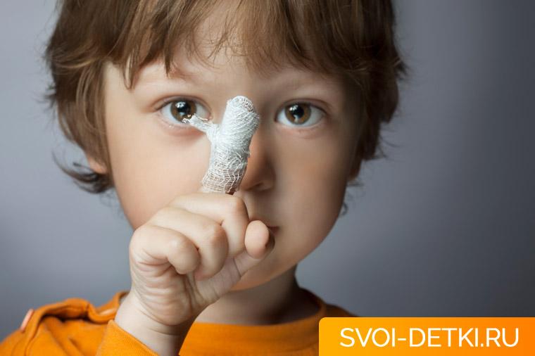 Ребенок поранился: помощь при повреждениях мягких тканей, неотложные состояния